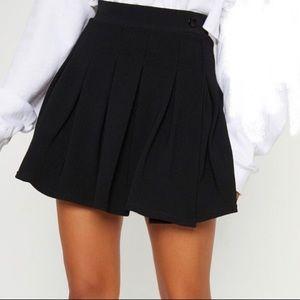 Highwaisted pleated black skirt